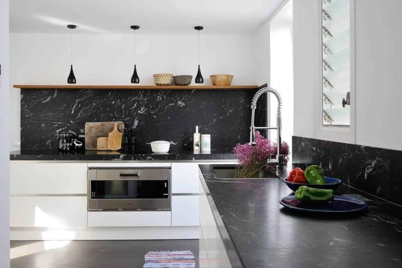 La cuisine, qui bénéficie de sa propre entrée, a été entièrement créée, sobre et élégante, avec son granit italien.