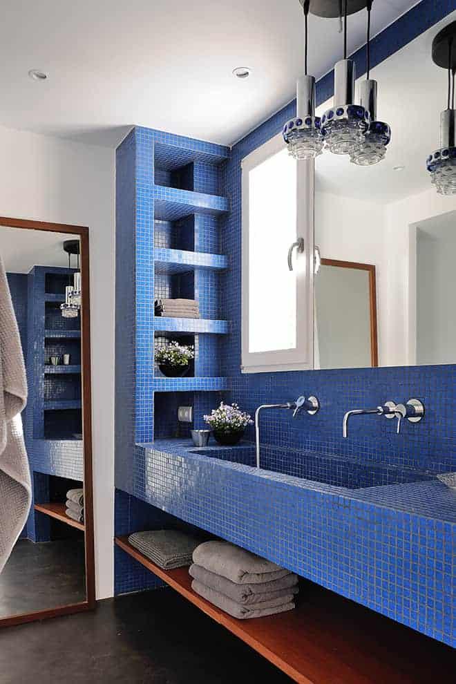 Une salle de bains exhibant sa sublime mosaïque bleu azur.