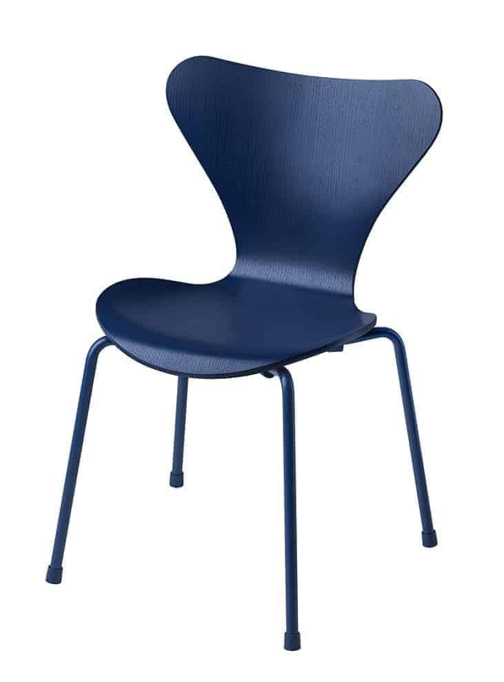 Chaise enfant Série 7, contreplaqué de frêne teinté et piètement tubulaire en acier. L 40 x P 42 x H 60 cm. Design Arne Jacobsen. ©Republic of Fritz Hansen