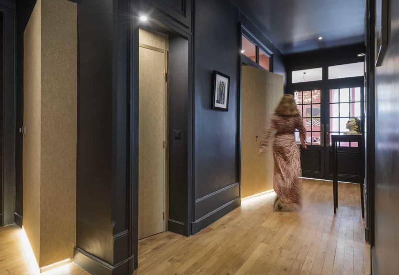 Couloir accueillant le « cube », dissimulant les sanitaires, la salle de bains et au-dessus, un lit. Photographe Sabine Serrad