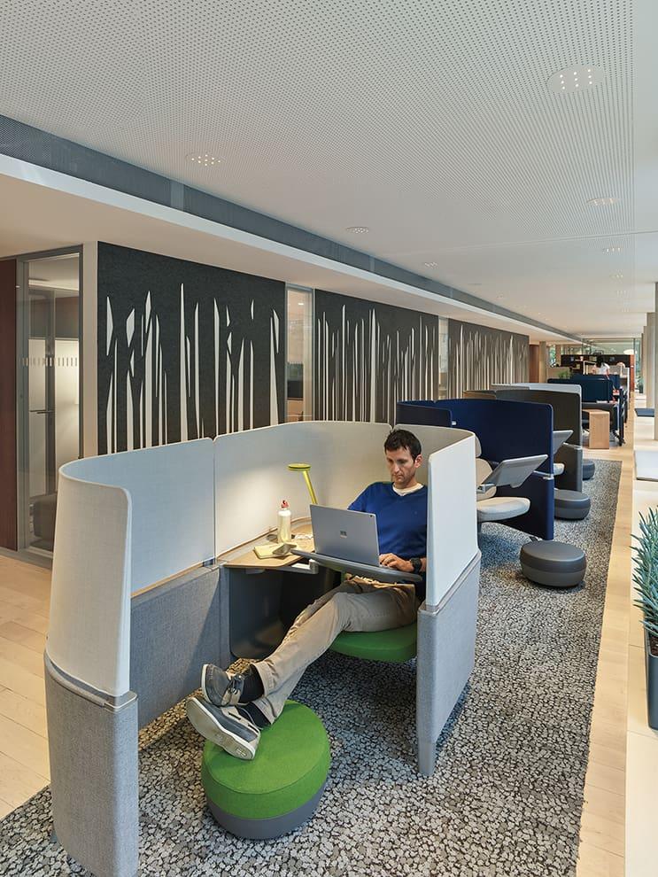 En enfilade, le Brody WorkLounge permet une concentration en solo, intégrant technologie et favorisant l'ergonomie