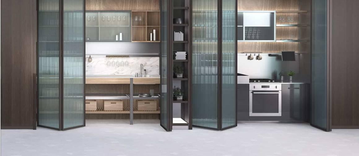 Inside System s'illustre comme des armoires/rangements renfermant tous les indispensables de la cuisine. Conçu comme des unités autonomes, il range la cuisine dans un coin, sans pour autant la faire disparaître, grâce aux portes-accordéon, en verre dépoli, donnant accès, une fois repliée, à l'intégralité du contenu. ©Ernestomeda