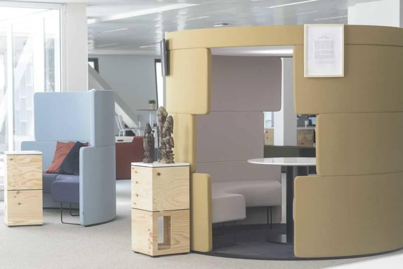 Espace de formation modulaire et flexible de l'EM Lyon, au sein de l'immeuble Silex, meublé par APSI, avec l'espace confidentiel Toguna garantissant une bonne isolation acoustique et les modules Pixel, à assembler à l'infini, Bene. ©Apsi