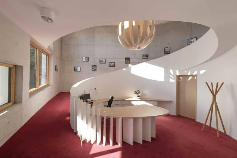 Hall d'accueil de l'Atelier ASB+, reliant le rez-de-chaussée au 1er étage par une rampe d'accès, intégrée dans l'architecture. Photographe Sabine Serrad