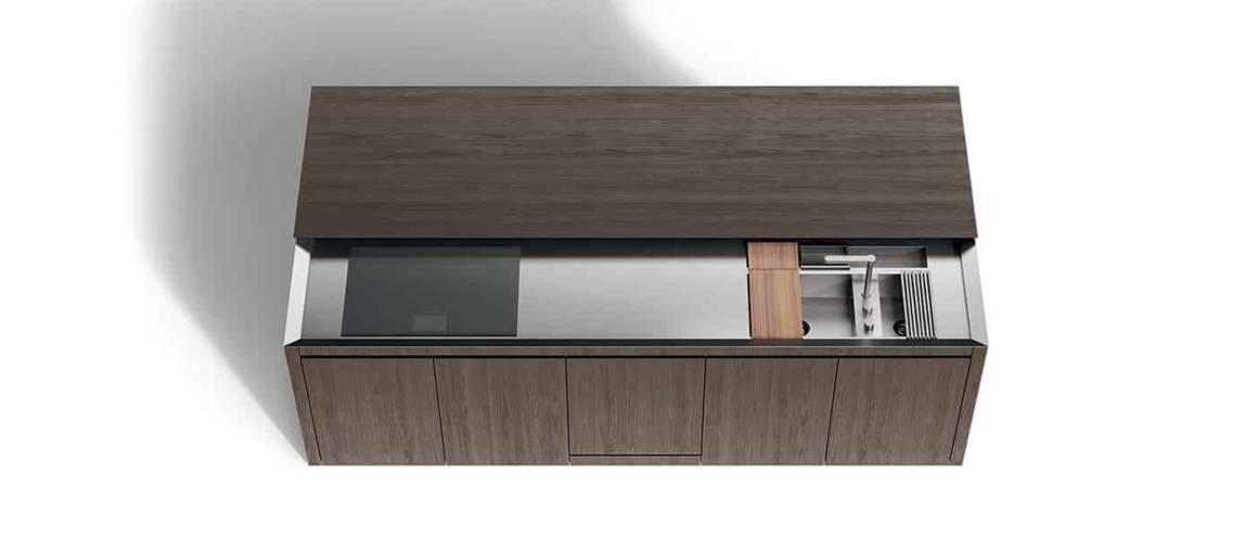 K6 rationalise l'espace, sur 3 x 1 mètres, concentrant, sous plateau, une zone de cuisson, de lavage (évier escamotable) et sur les côtés : fours, réfrigérateur, lave-vaisselle et rangements. Design Norbert Wangen. ©Boffi