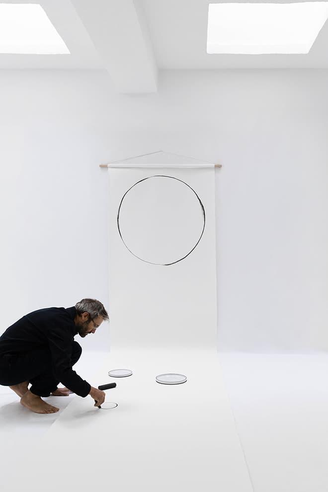 Le designer Noé Duchaufour-Lawrence, esquissant les contours de « Caractère ». ©Revol