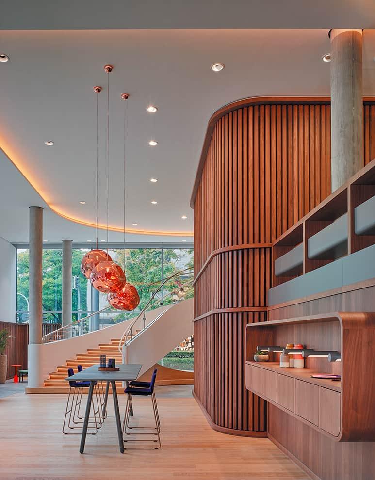 L'entrée du Learning + Innovation Center. Un espace, à la verticalité chaleureuse, conçu par Patrick Jouin