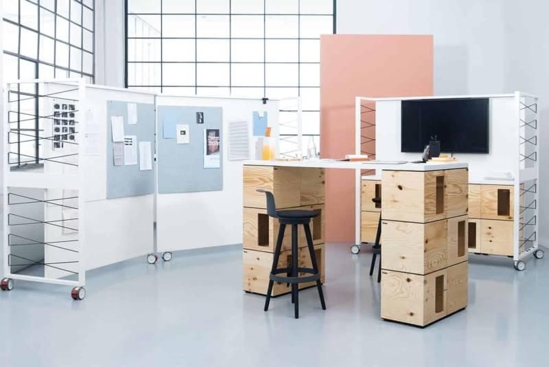 Modules Pixel, en contreplaqué de pin brut, à empiler pour composer des espaces de travail flexibles. Complétés par les Frame S Boards, panneaux analogique ou numérique. ©Bene