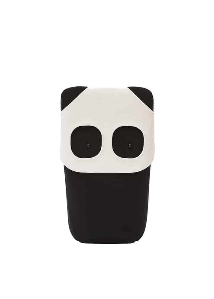 Peluche/coussin Panda, de la collection ludique Zoo, version XXL L 45 x P 33 x H 80 cm. Tissu Kvadrat Hallingdal 65. Design Ionna Vautrin. ©Eo