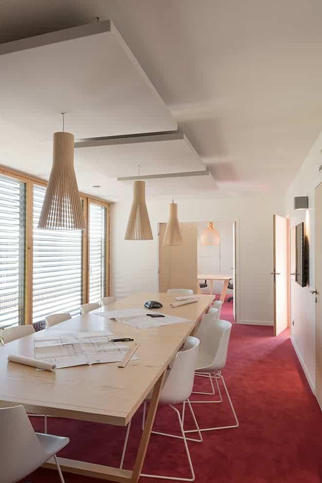 Salle de réunion, située au 1er étage. Table sur-mesure réalisée par La Fabrique. Photographe Sabine Serrad