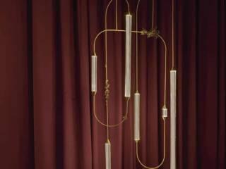 Suspension Vines & Lichens, avec un tissage de lignes et de vignes en laiton et des capsules lumineuses en verre borosilicate. Collection Cirque. Photo Nathalie Krag. ©Giopato & Coombes