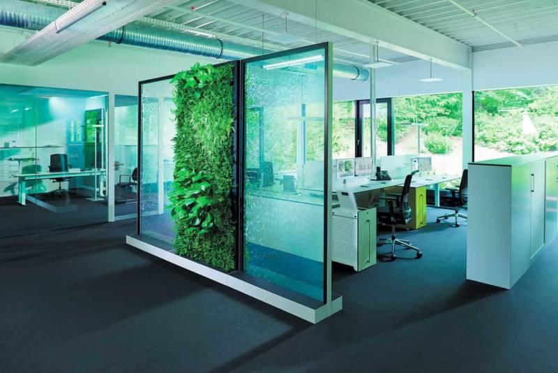 Système de partition Climate Office à la fois purificateur d'air, paroi acoustique, élément végétal et fontaine. ©Möbelsysteme