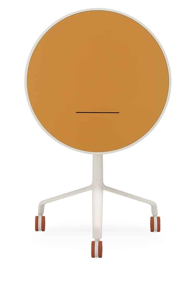 Table UseMe, avec plateau inclinable se transformant en pupitre. En FenixNTM. ø 60 x H 74 cm. ©Sitland