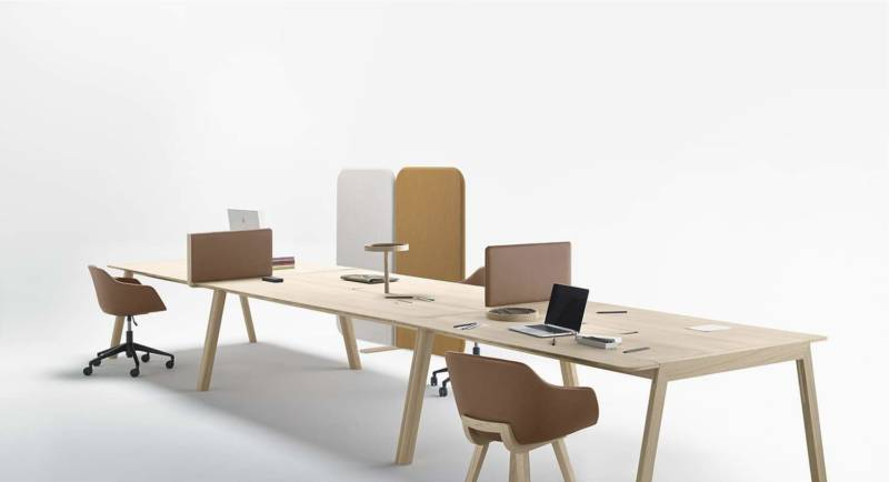 Tables de travail Heldu, organisées autour de plateaux associés, pour une plateforme variable. Séparateurs mobiles pour configurer les postes. Chêne et cuir. Design Iratzoki & Lizaso. Photo Mito. ©Alki