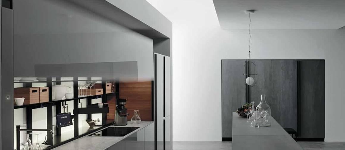 Dernière évolution de la série Logica, la Logica Celata s'amuse à repenser la spatialité même de la cuisine et à réinventer son ergonomie. Son aspect monolithique s'ouvre comme par magie sur un microcosme, grâce à un mécanisme de contrepoids novateur. À l'intérieur, les zones de préparation et de cuisson sont prêtes à servir, avec une crédence (le Bar) optimisée, mettant à portée de main tous les ustensiles nécessaires. ©Valcucine