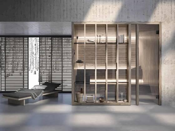 Sauna modulaire Yoku, s'inspirant d'une technique de médecine naturelle valorisant les effets bénéfiques du contact avec la nature. Générateur de vapeur intégré dans la banquette inférieure. Cloison vitrée avec étagères décoratives en bois massif thermotraité. ©Effegibi