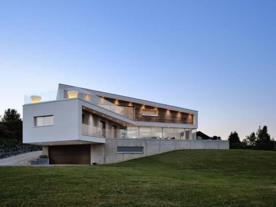 Imaginée comme une sculpture, cette réalisation se déroule, dans son geste architectural, comme un ruban, aussi bien à l'extérieur, qu'à l'intérieur.