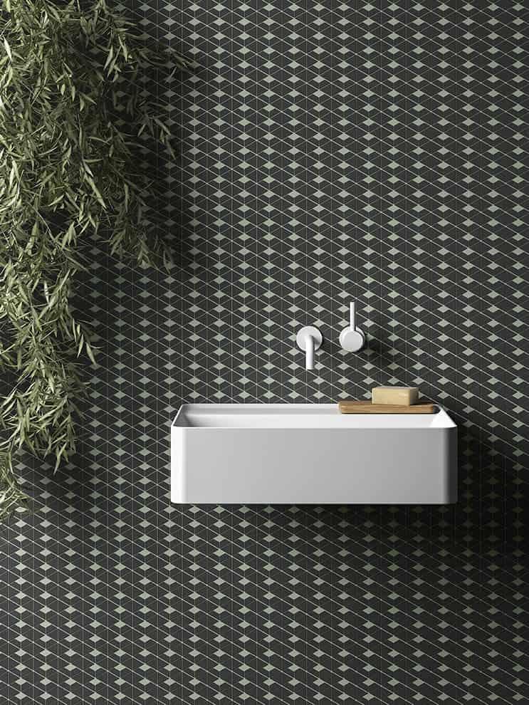 Projet Cava enrichi de carreaux de taille standard et de petits formats géométriques, jouant avec les joints pour créer un positif/négatif. Design LucidiPevere. ©Living Ceramics
