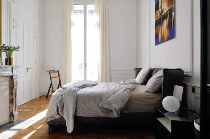 La master suite, cosy, joue avec le confort enveloppant du lit Husk, dessiné par Patricia Urquiola pour B&B Italia.