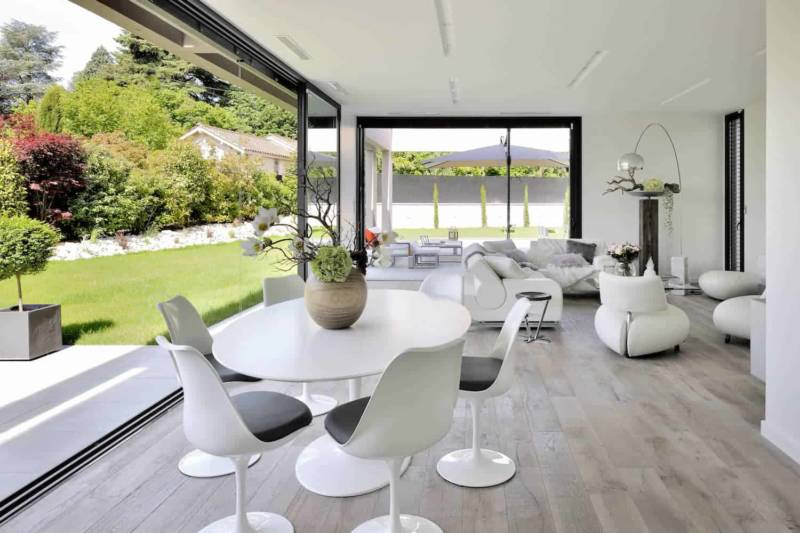 Composition coin repas chaises et table Saarinen signée Eero Saarinen et éditée chez Knoll