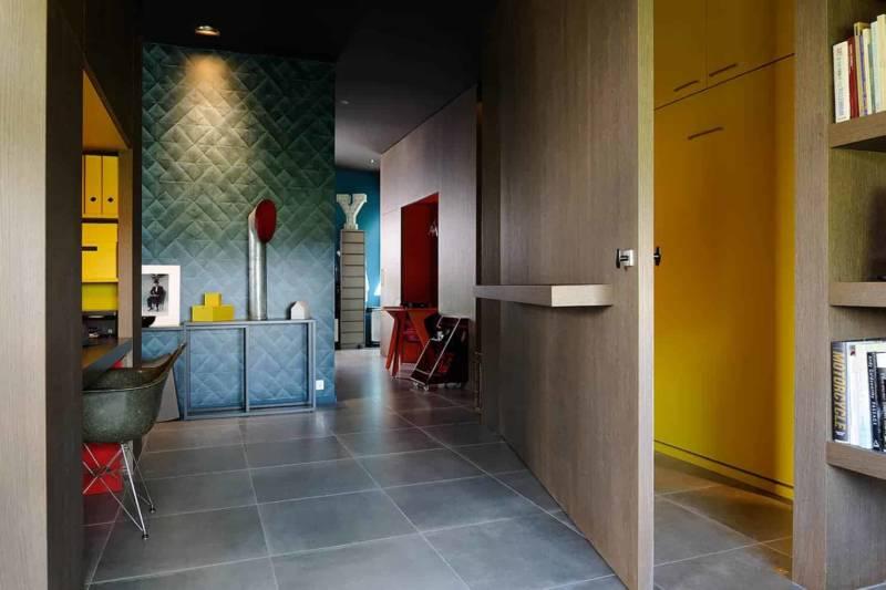 L'espace bureau se module en fonction des besoins, via des parois pivotantes et coulissantes, en stratifié chêne Oberflex et peintures Ressource.