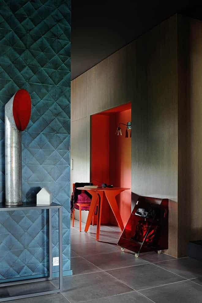 Lieu de transition, ce couloir mène directement au coin cuisine. Console coulissante Burga, table Loo et chaise Take, Matière Grise. Peinture Ressource.