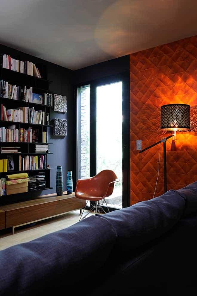 Coin bibliothèque se transformant en chambre d'amis. Une ambiance feutrée, sur fond de teintes sourdes. Des couleurs plus affirmées réveillent les volumes et attirent le regard sur des scènes choisies.
