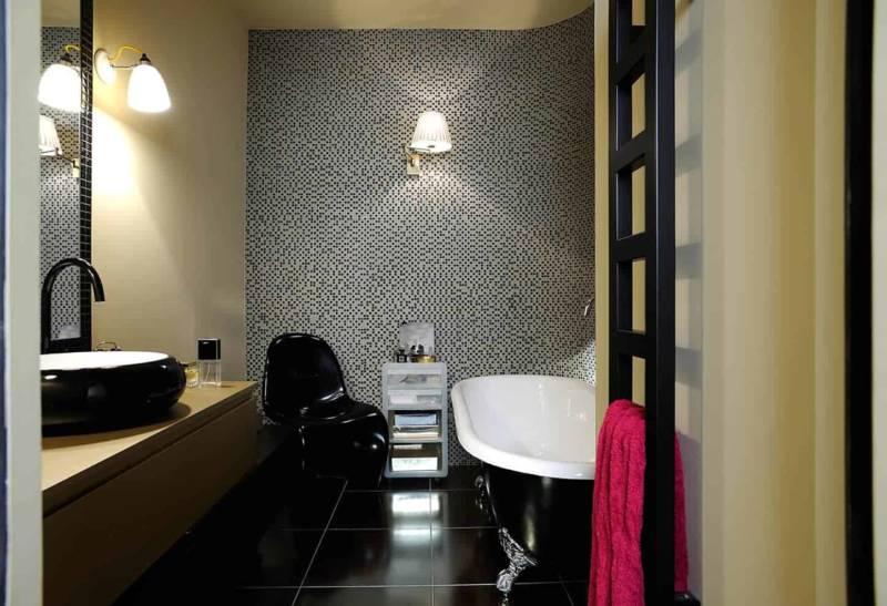 Salle de bains de madame, esprit baroque, avec mosaïque en pâte de verre et carrelage Karto. Baignoire Plymouth, avec pieds style pattes d'Aigle.