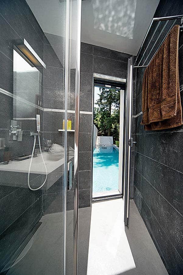 Salle de bains Porcelanosa (Limonest) vue sur piscine