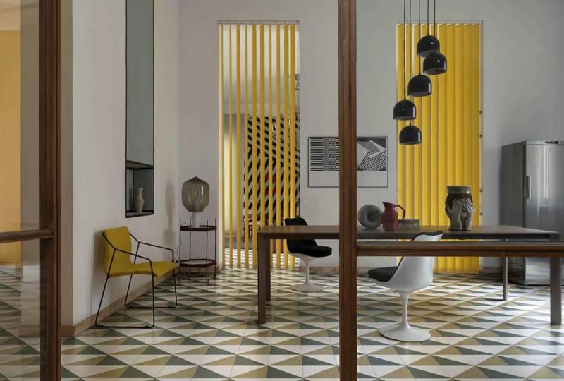 Carreaux émaillés Pittorica, micro-texture finition soyeuse. Format triangulaire rectifié : 25 x 25 x 35 cm. Design Studiopepe. ©Ceramica Bardelli