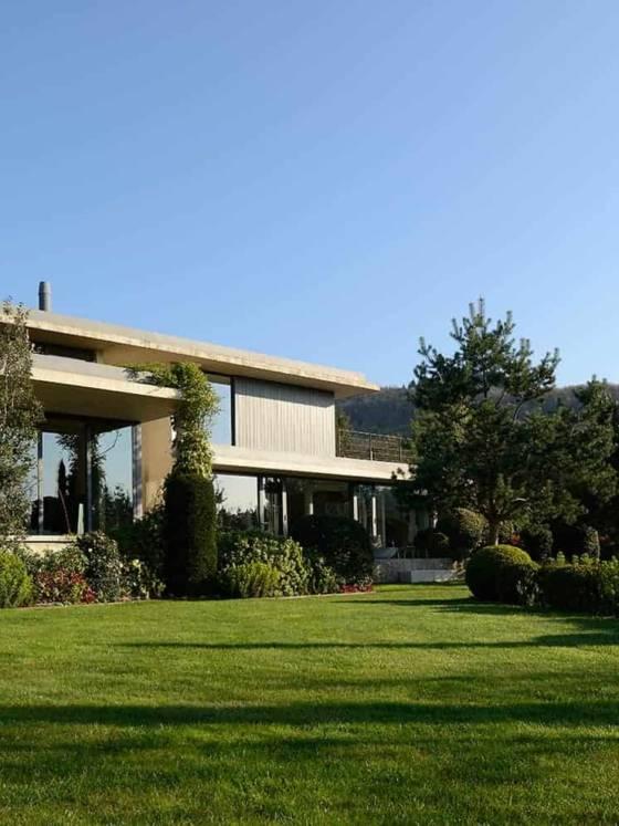 La maison de 300 m2, située dans une ancienne carrière, assoit son architecture béton en lien étroit avec son environnement paysager.