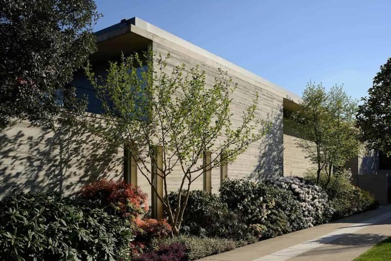 Au sud, la maison est ouverte sur le paysage lyonnais, au nord le mur aveugle la protège, parfaitement parallèle au parcellaire.