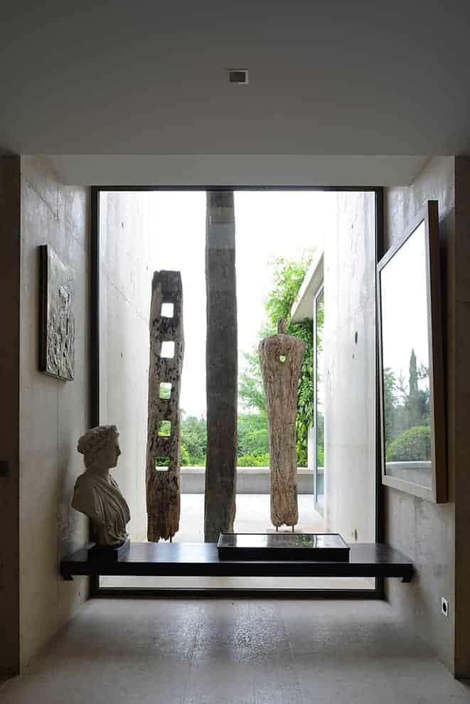 Avant de pénétrer dans la master suite, ce recoin offre une double lecture picturale. Aux œuvres ramenées de voyages par le propriétaire, collectionneur passionné, se mêlent les points de vue végétaux, à contempler sans fin.