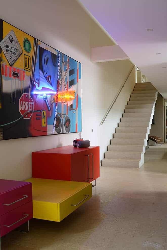 L'entrée chromatique pose les prémices d'un décor oscillant entre architecture brute et empreinte artistique.