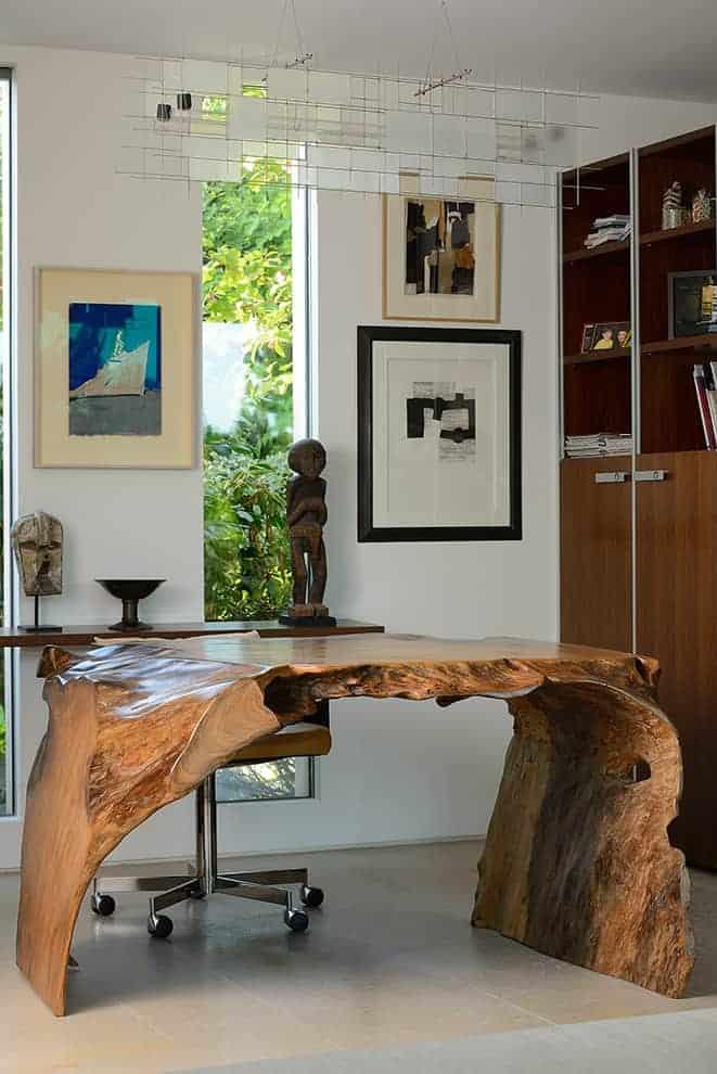 Le bureau/sculpture porte son regard sur le paysage extérieur, en lien avec un espace lecture et dressing, qui appelle à la contemplation. Il révèle un travail d'orfèvre en matière d'agencement réalisé par Boffi.