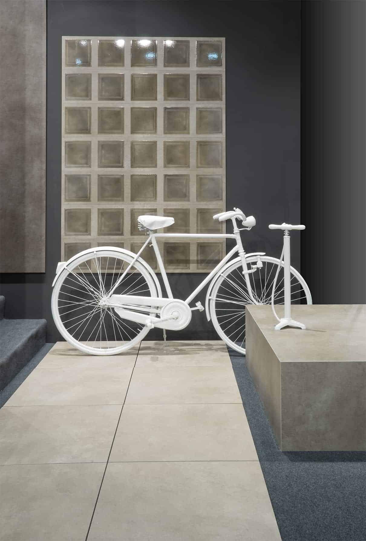 Collection Molitor, au sol effet béton, au mur briques de verre. LCS Ceramics-Le Corbusier. ©Gigacer