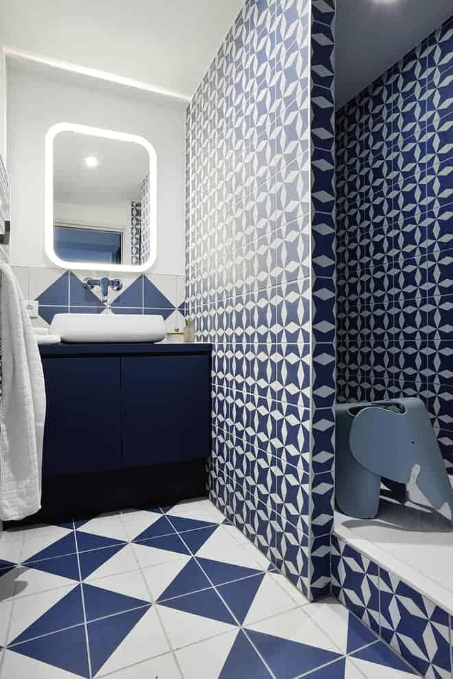 La salle de bains de presque 5 m2 accueille une douche de 1,80 m de longueur, mais également des rangements fonctionnels.