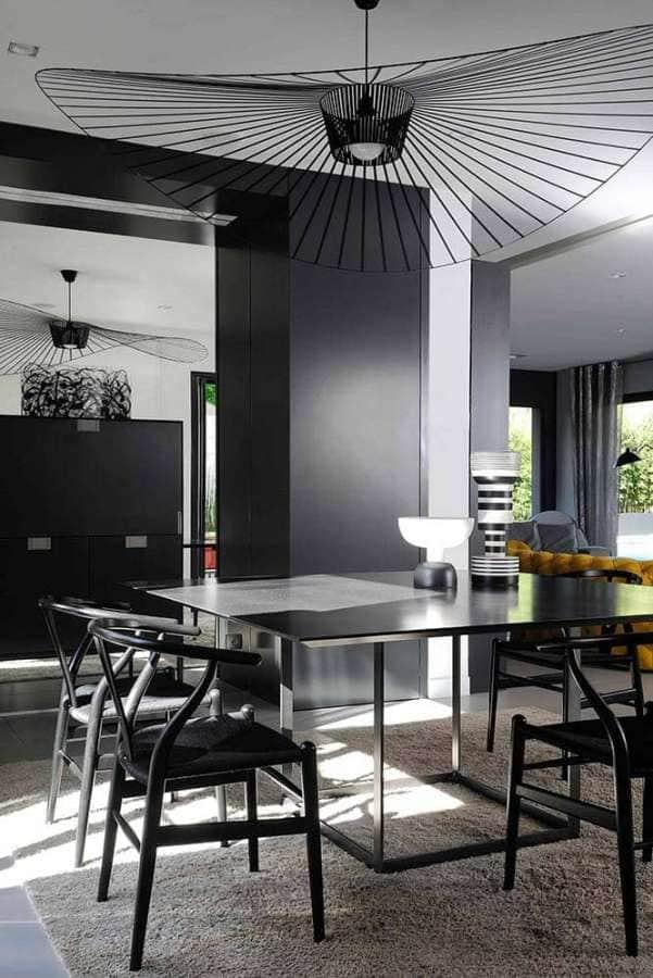 Table en acier Maxalto, entourée des chaises Hans J. Wegner - Oeuvre de Fernando et lustre Vertigo, Petite Friture - Photographe Erick Saillet