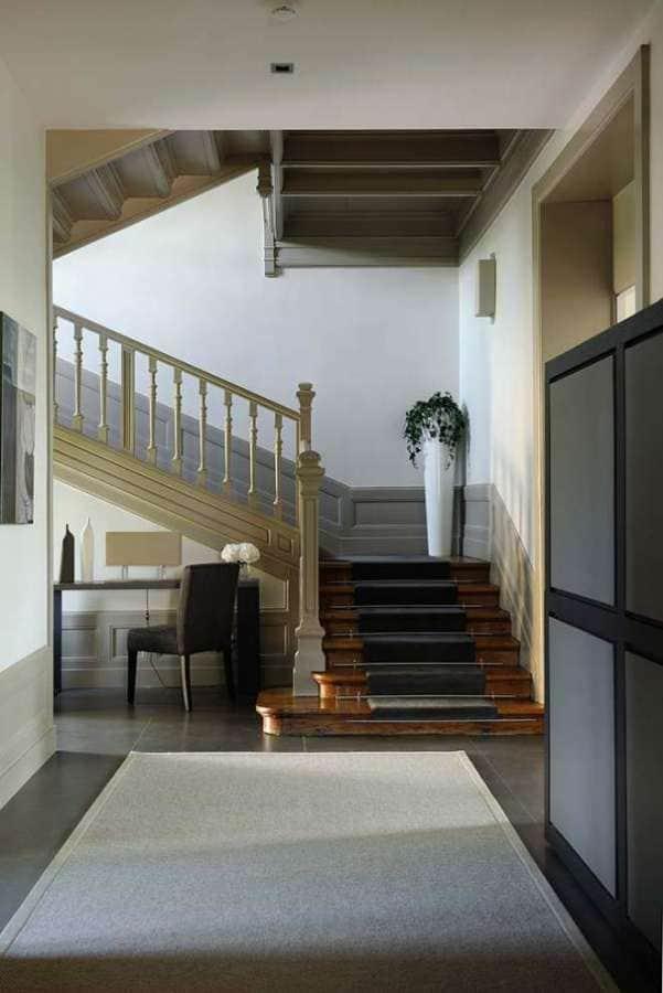 Escalier principal en bois. Photographe Erick Saillet