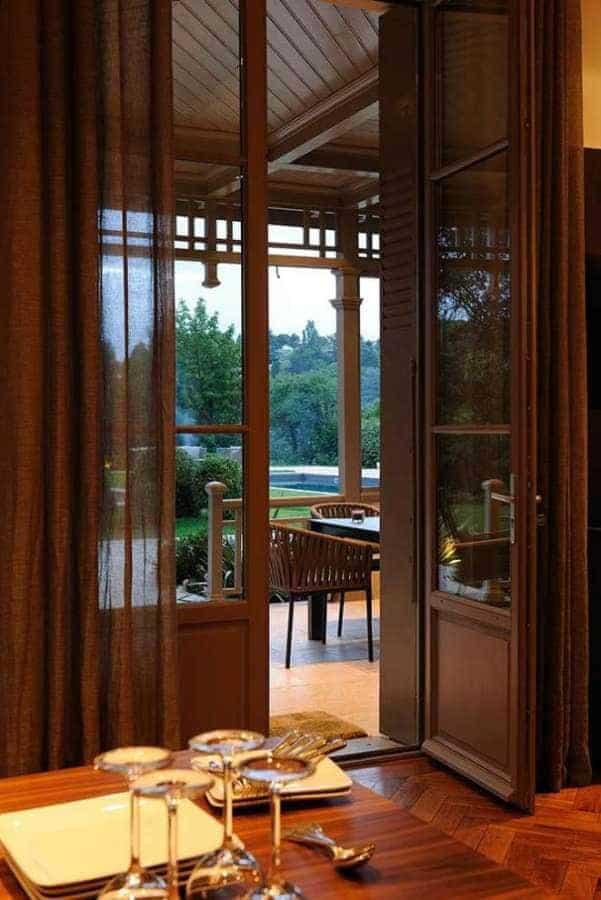 Salle à manger/cuisine en lien direct avec la terrasse, côté piscine. Photographe Erick Saillet