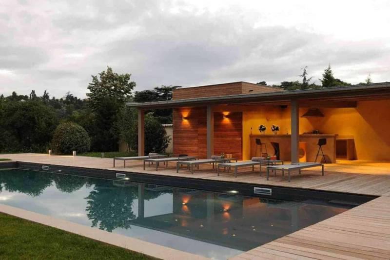 Pool house intégrant une cuisine en béton ciré. Photographe Erick Saillet