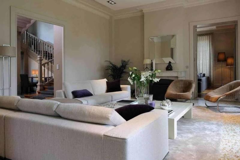 Salon de réception avec mosaïque de marbre, au centre de la maison, en lien avec le salon télévision. Meubles XVL, canapés Minotti. Photographe Erick Saillet