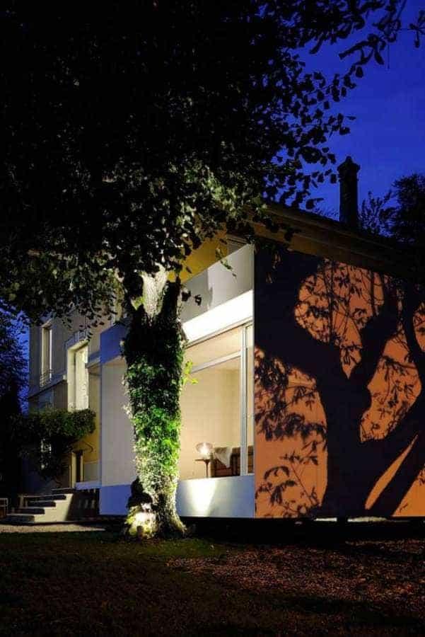 Jeu d'ombres et de lumières sur la partie borgne au sud. Architectes Laurent Mayoud et Nils Degrémont Agence Playtime Photographe Erick Saillet