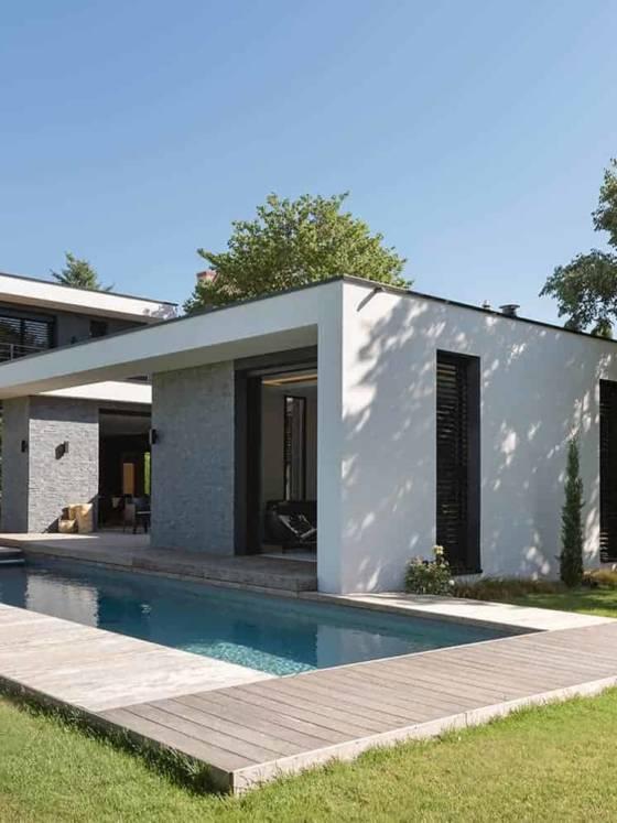 Cette maison contemporaine, réalisée par Naao Architecture, s'inscrit dans la linéarité horizontale et verticale, jouant sur les clairs-obscurs à l'extérieur comme à l'intérieur, en lien étroit avec le terrain exigu de 20 mètres de largeur.