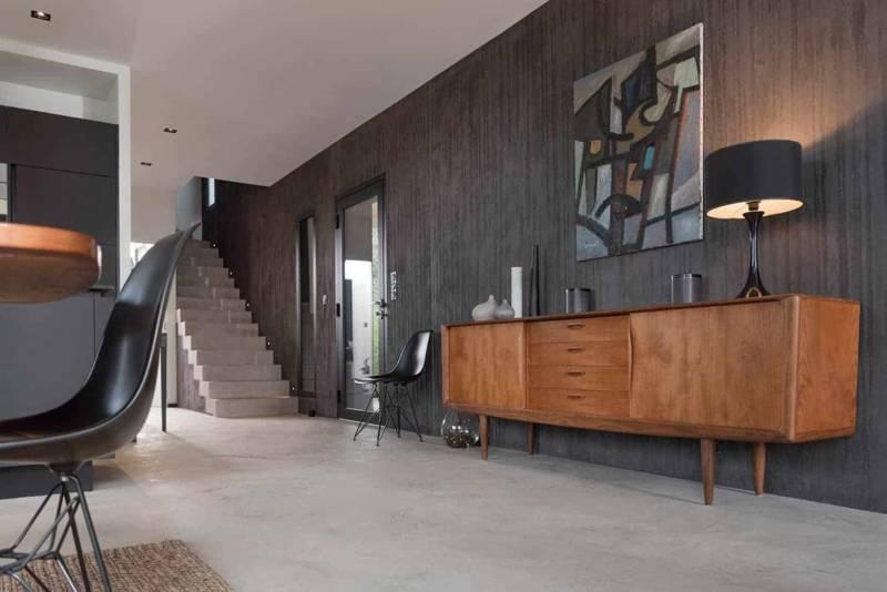 Un jeu de textures et de contrastes omniscient, réalisé par Matières à Suivre, que l'on retrouve jusque sur l'escalier. Meuble scandinave vintage en teck des années 1960, chiné aux Puces du Canal.