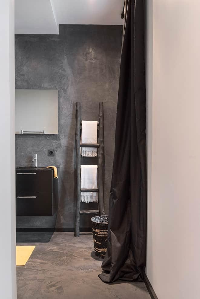Il s'en dégage une connotation décorative plus accentuée sur le style bohème, jusque dans la salle de bains.