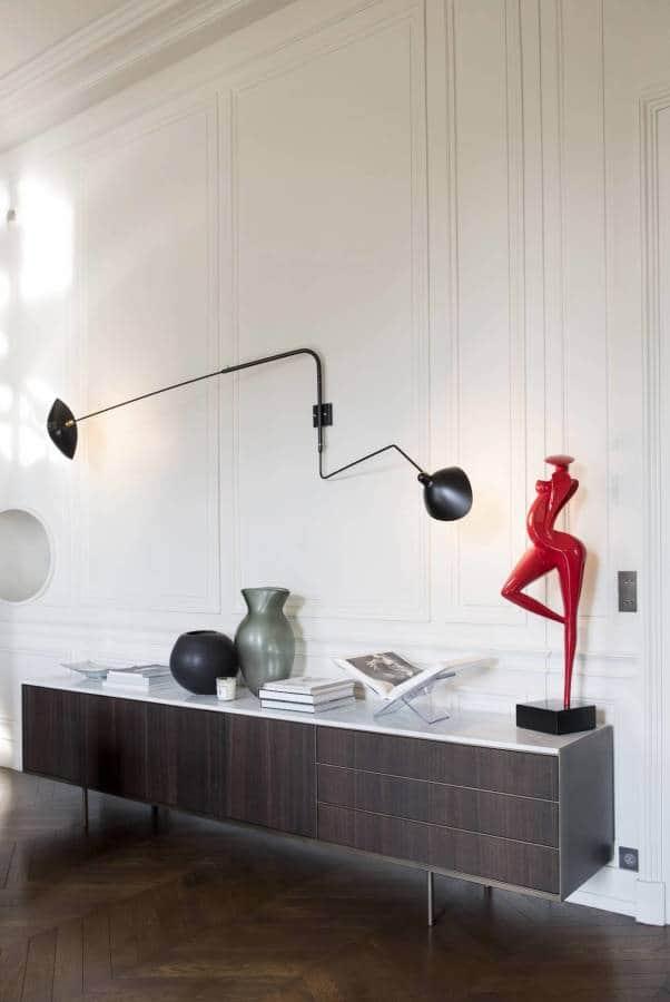 Console Christophe Pillet, Long Island, en chêne, marbre et métal, à l'origine des matériaux de la cuisine, réalisée par Modulis (Lyon 6ème). Applique Serge Mouille 2 bras.