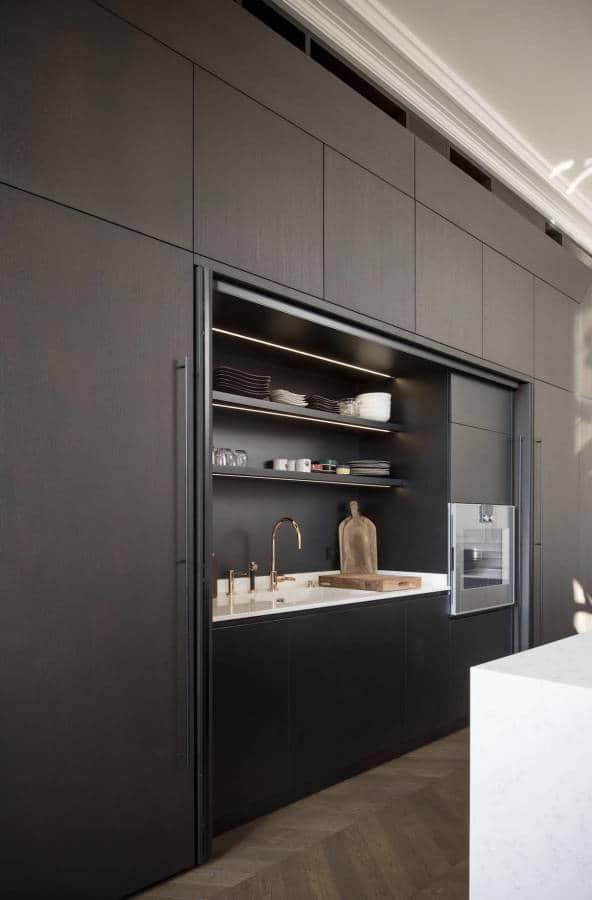 Meuble-cuisine avec portes pliantes rentrantes. Réalisation Modulis (Lyon 6ème)