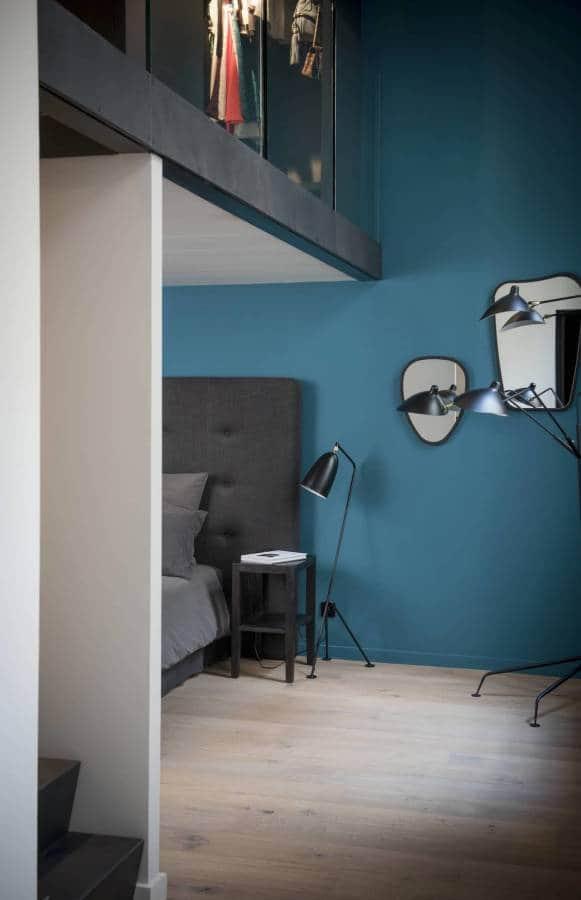 Chambre duplex, habillée de la peinture Bleu Sarah, crée par la designer Sarah Lavoine, signée Ressource.