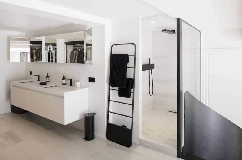 Salle de bains surplombant la suite parentale - Mobilier et robinetterie agape.